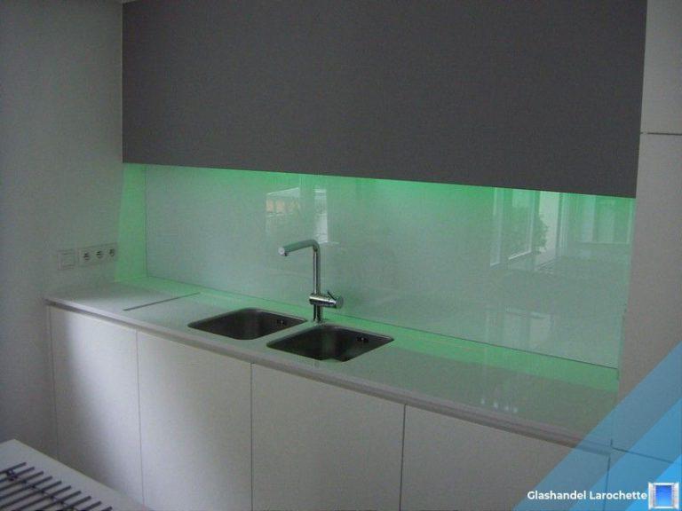 Pure white glazen keukenwand met LED verlichting