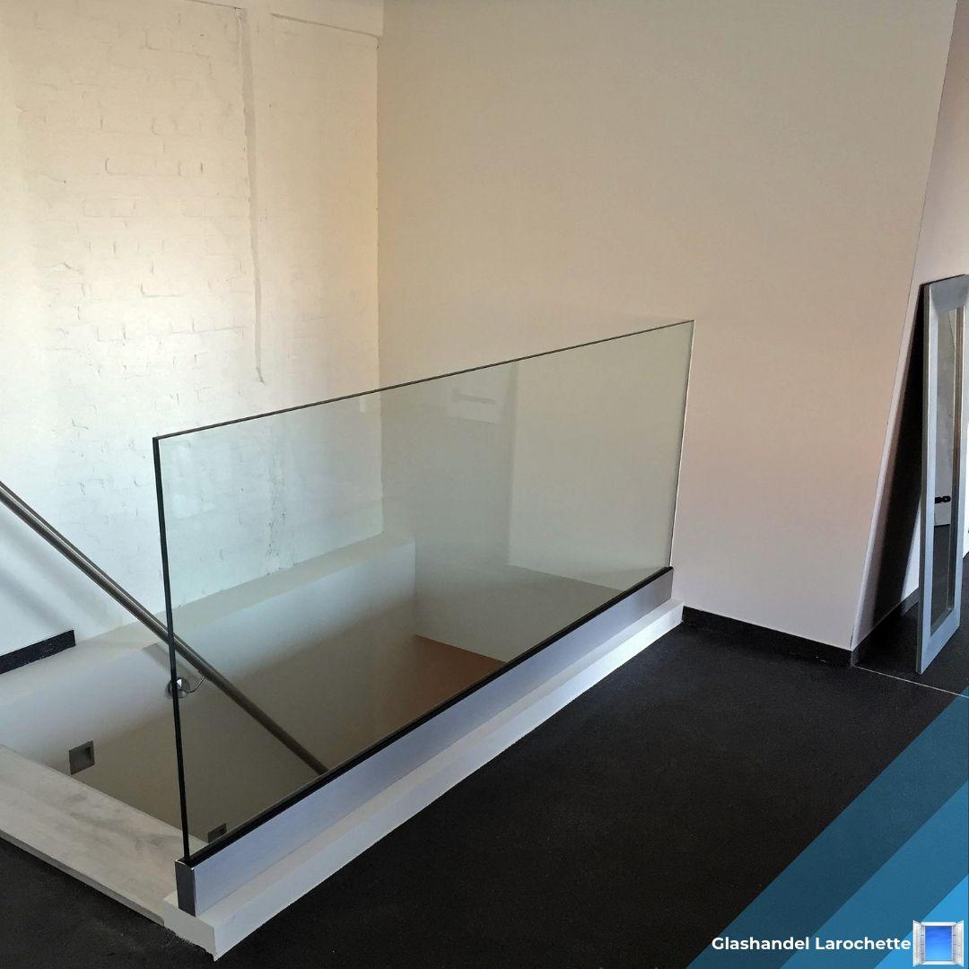 Glazen balustrade aan een trap