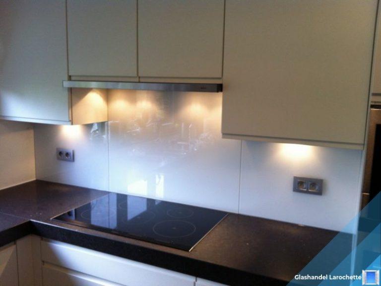 Glazen muurbekleding in de keuken