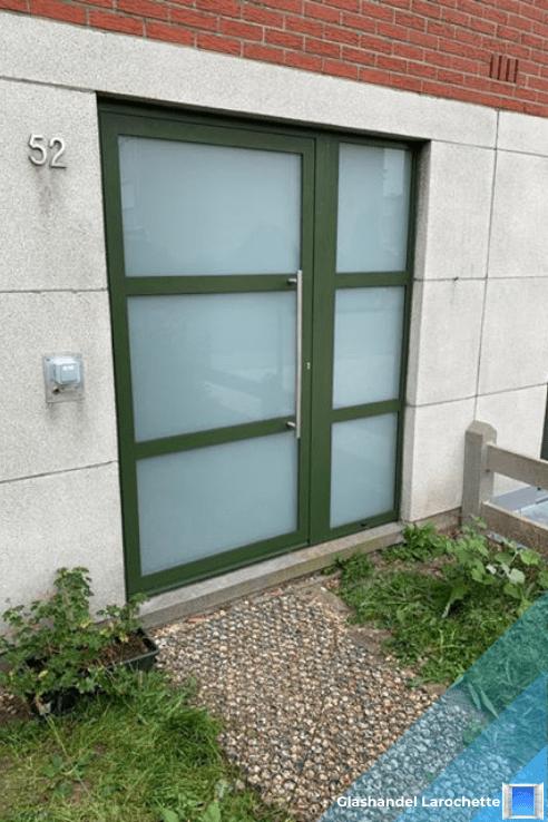 Groene voordeur met mat glas