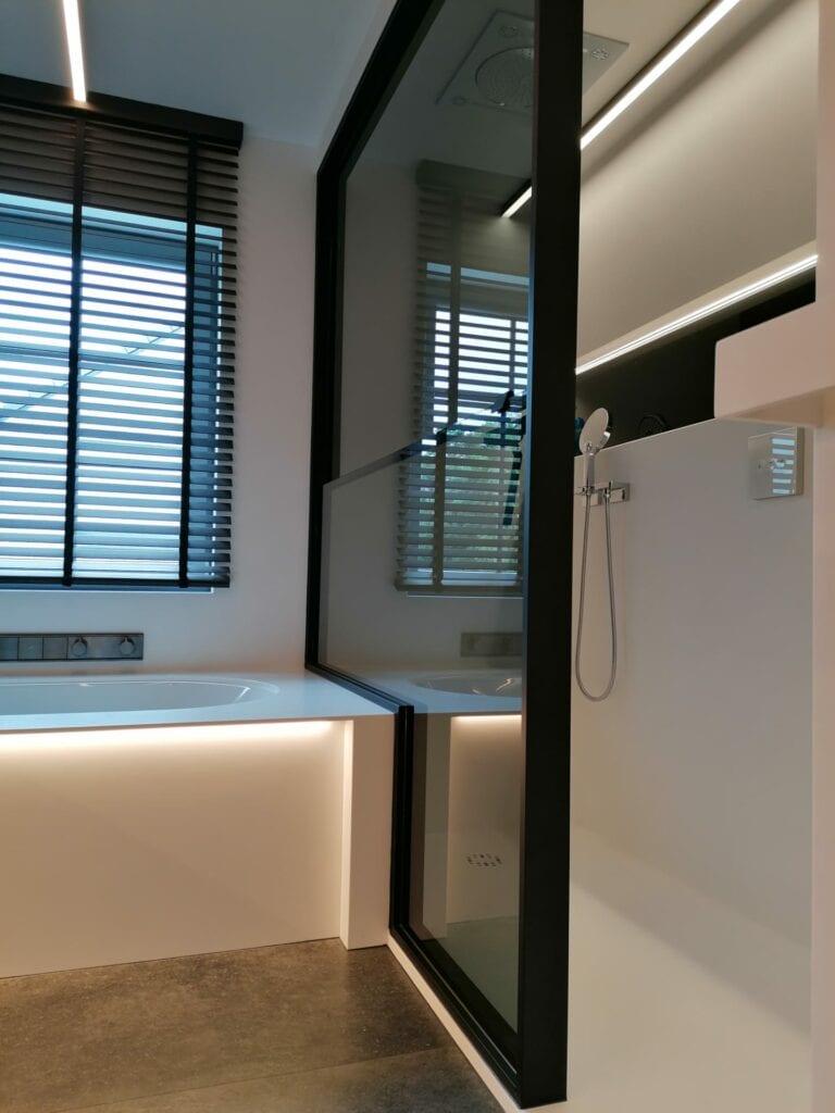 Een stijlvolle oplossing voor LCI bvba als de douchewand niet boven geraakt in 1 stuk. Tijdloze alu glasprofielen en een glazen douchewand.