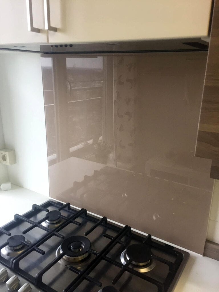 Lacobel gelakt glas als glazen spatwand in de keuken